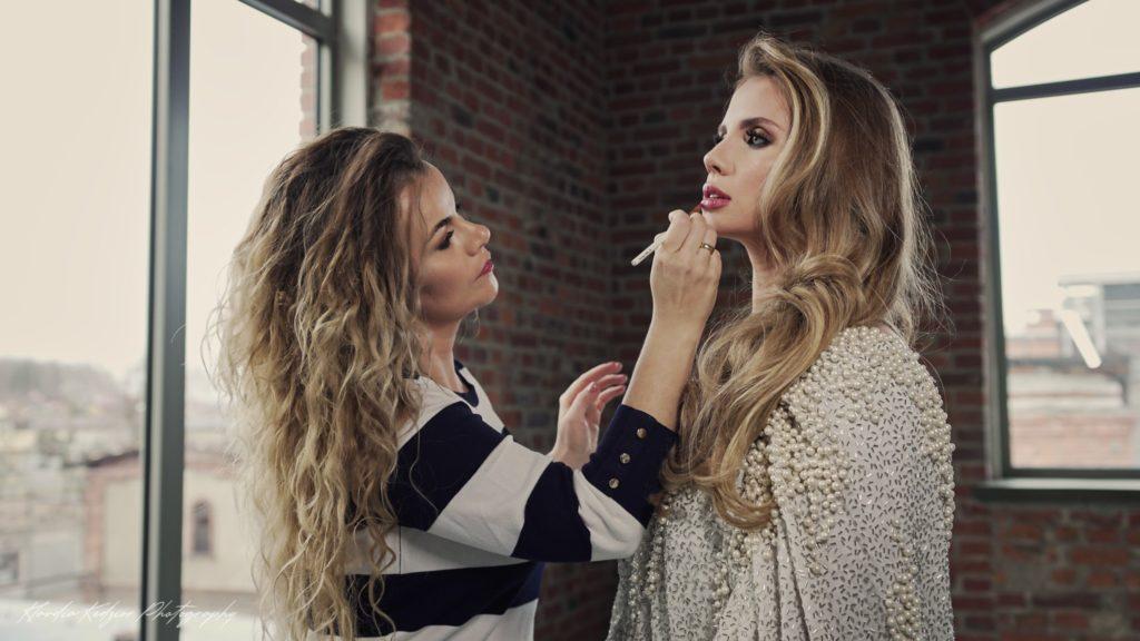 Makijażystka-wykonuje-makijaż-ślubny-na-modelce