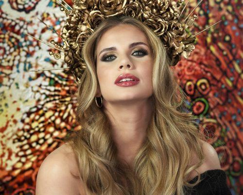 Piękny makijaż wykonany na modelce na tle obrazu w galerii w mieście Tychy