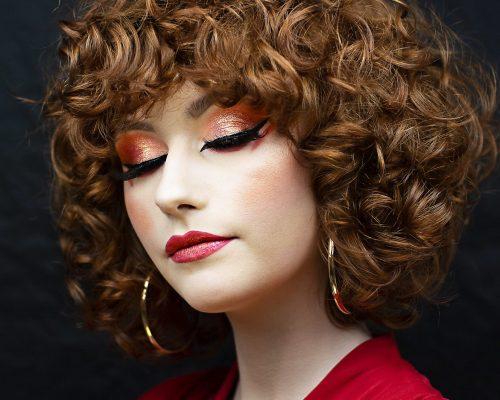 Makijaż artystyczny prezentowany przez kobietę w rudych kręconych włosach w mieście Katowice