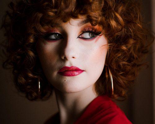 Modelka prezentuje makijaż wieczorowy w intensywnych kolorach w mieście Katowice